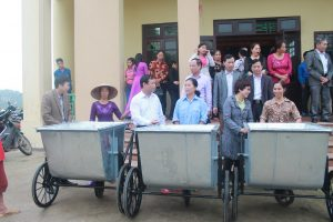 Bac Ninh Emvironment Protection Department gave garbage bins to Khac Niem ward