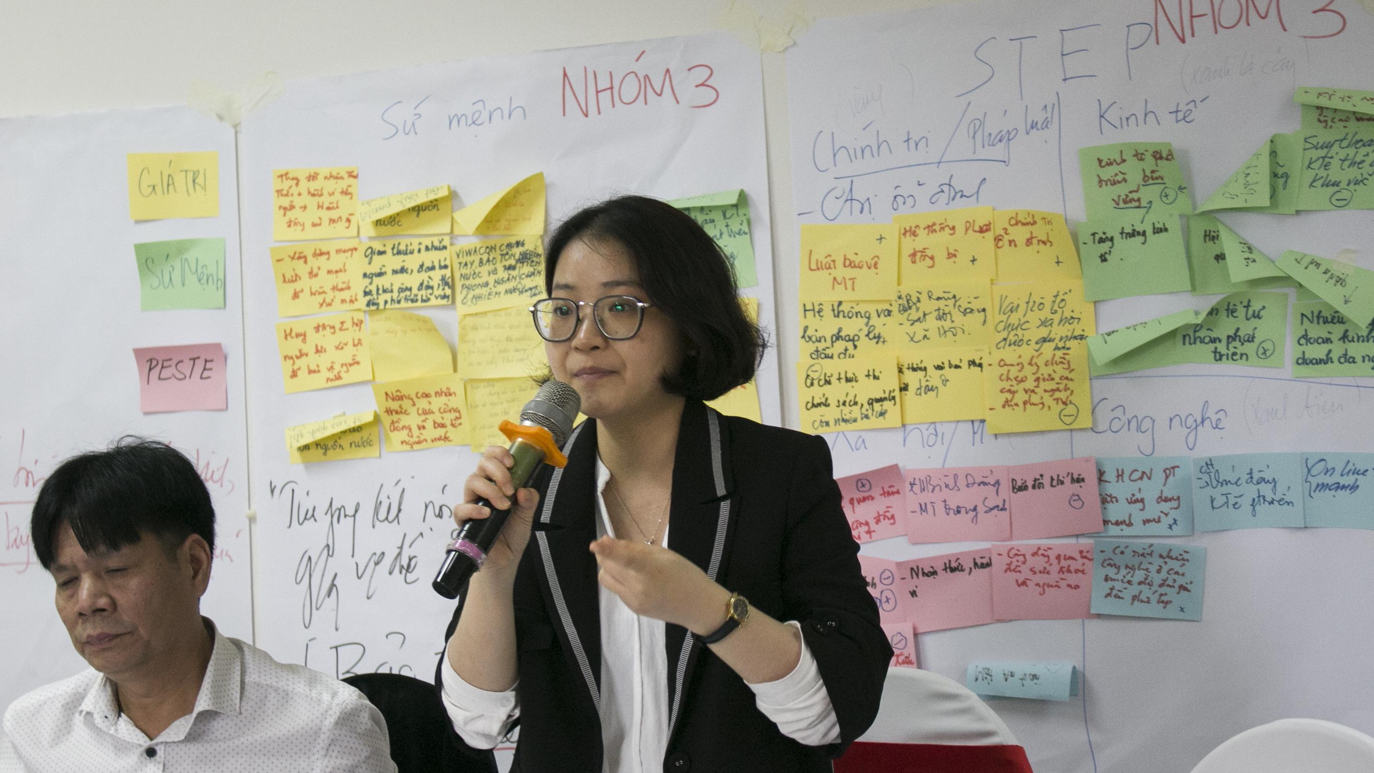 Bà Đinh Thu Hằng, giám đốc Trung tâm Nghiên Cứu Môi trường và Cộng đồng, phát biểu tại hội thảo